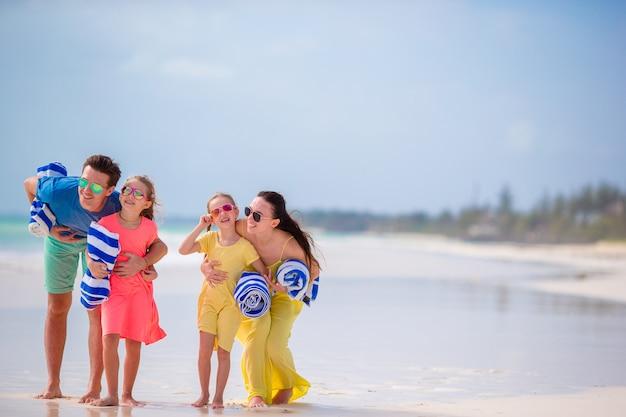 Młoda rodzina na wakacjach ma dużo zabawy Premium Zdjęcia