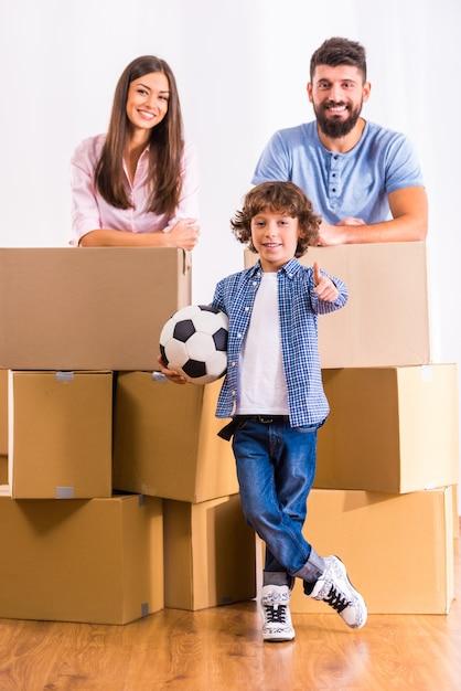 Młoda rodzina przeprowadziła się do nowego mieszkania. Premium Zdjęcia