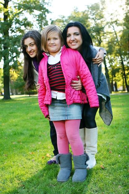 Młoda rodzina przy zdrowym spacerze przez jesień parka Darmowe Zdjęcia