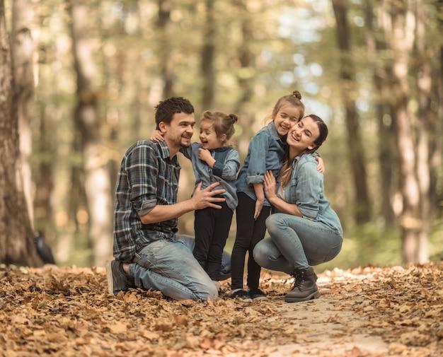 Młoda Rodzina Spaceruje W Lesie Jesienią Z Dziećmi. Darmowe Zdjęcia