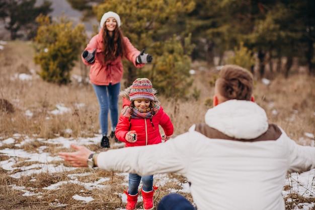Młoda Rodzina Wpólnie Chodzi W Lesie Przy Zima Czasem Darmowe Zdjęcia