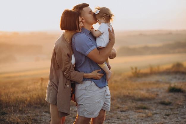 Młoda Rodzina Z Córeczką Na Zachód Słońca W Polu Darmowe Zdjęcia