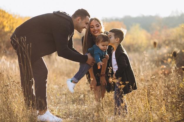 Młoda Rodzina Z Dwoma Synami Wpólnie W Parku Darmowe Zdjęcia