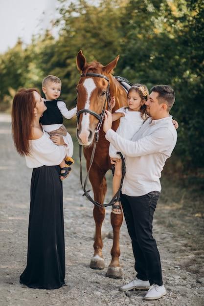 Młoda Rodzina Z Dziećmi, Zabawy Z Koniem W Lesie Darmowe Zdjęcia