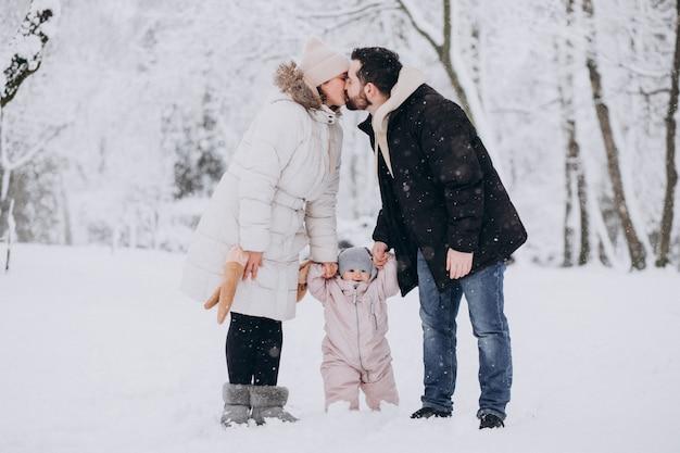 Młoda Rodzina Z Małą Córeczką W Lesie Zimą Pełną śniegu Darmowe Zdjęcia