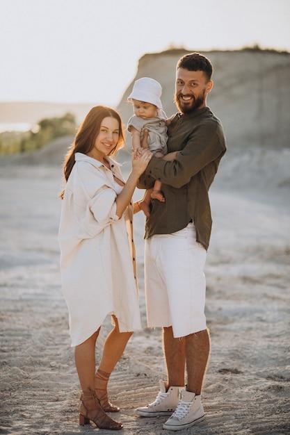 Młoda Rodzina Z Małym Synem Na Zachód Słońca Darmowe Zdjęcia