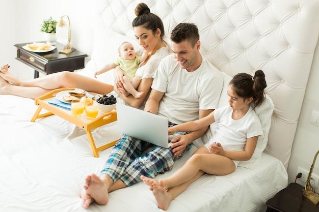 Młoda Rodzinnie Na łóżku Premium Zdjęcia
