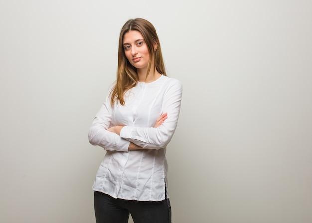 Młoda rosjanka patrząc prosto przed siebie Premium Zdjęcia