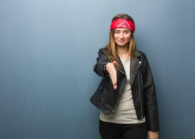 Młoda rosjanka wyciąga rękę, by kogoś przywitać Premium Zdjęcia
