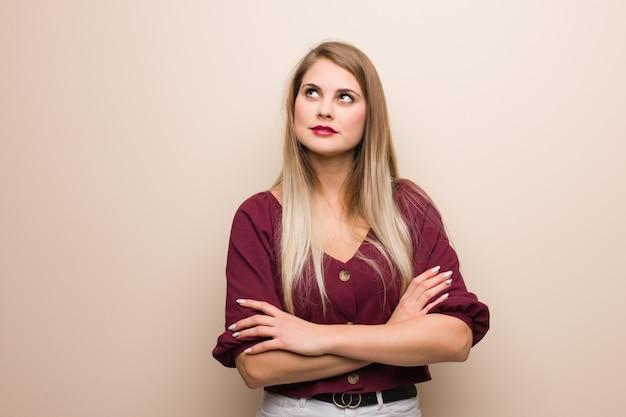 Młoda rosjanka zmęczona i znudzona Premium Zdjęcia