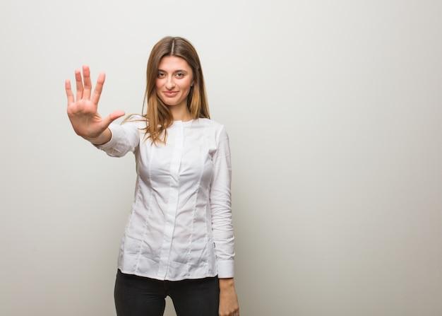 Młoda rosyjska dziewczyna pokazuje liczbę pięć Premium Zdjęcia