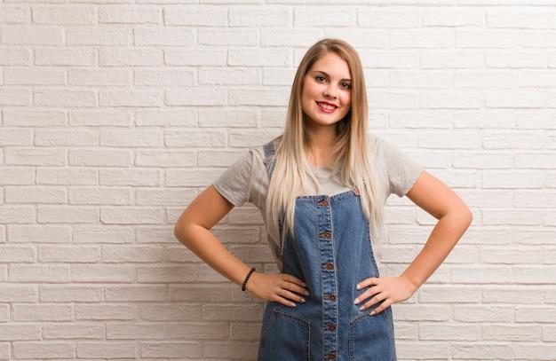 Młoda rosyjska modniś kobieta z rękami na biodrach Premium Zdjęcia