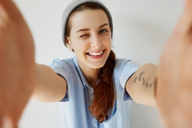 Młoda Ruda Dziewczyna Ma Na Sobie Kapelusz I Niebieską Koszulę Darmowe Zdjęcia