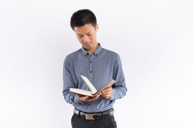 Młoda samiec wręcza mienia notepad Premium Zdjęcia