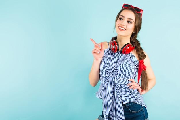 Młoda seksowna kobieta ze słuchawkami Premium Zdjęcia