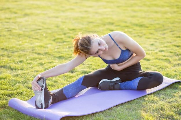 Młoda Sportive Kobieta ćwiczy W Ranku Polu Outdoors. Premium Zdjęcia