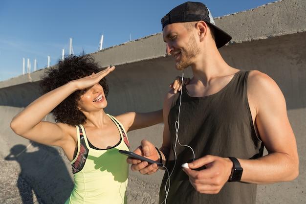 Młoda Sprawności Fizycznej Para Słucha Muzyka Z Słuchawkami Outdoors Darmowe Zdjęcia