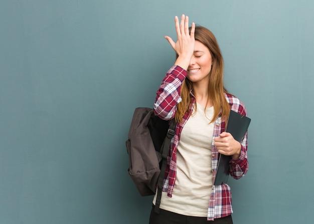 Młoda Studentka Rosjanka Zapomina, Zdaje Sobie Sprawę Z Czegoś Premium Zdjęcia