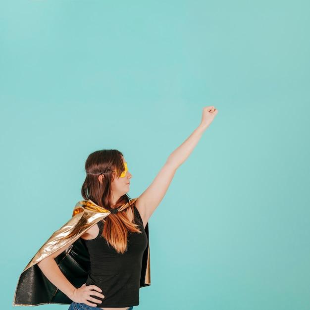 Młoda superwoman w latanie pozie Darmowe Zdjęcia