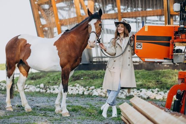 Młoda Szczęśliwa Kobieta Z Koniem Przy Rancho Darmowe Zdjęcia