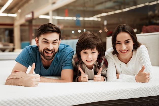 Młoda Szczęśliwa Para I Mała Dziewczynka Na łóżku W Sklepie Premium Zdjęcia