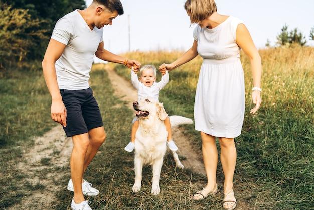 Młoda Szczęśliwa Rodzina Z Psem Zabawy Na świeżym Powietrzu Premium Zdjęcia