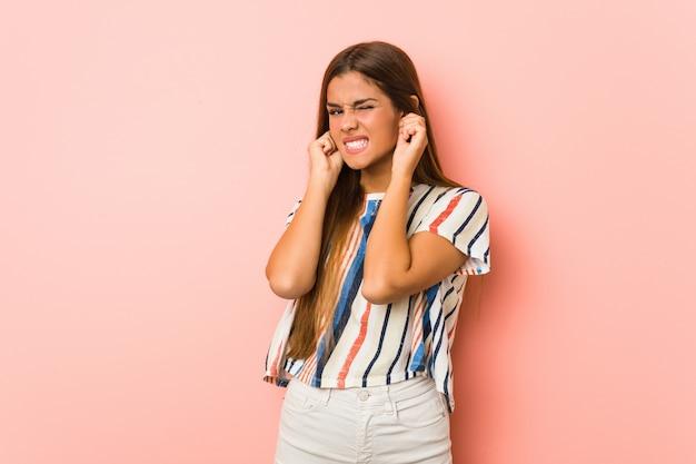 Młoda Szczupła Kobieta Obejmujące Uszy Rękami. Premium Zdjęcia