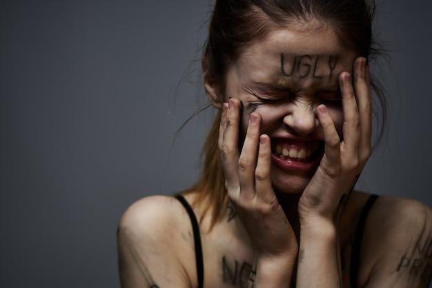 Młoda Szczupła Kobieta Z Obelgami Na Napisach Na Ciele, Złymi Słowami, Stanem Depresji, Samotnością Premium Zdjęcia