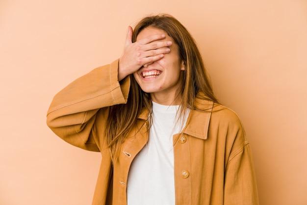 Młoda, Szczupła Nastolatka Kaukaska Zakrywa Oczy Rękami, Uśmiecha Się Szeroko, Czekając Na Niespodziankę. Premium Zdjęcia