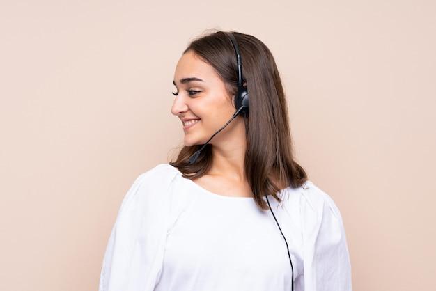 Młoda telemarketer kobieta patrzeje stronę Premium Zdjęcia