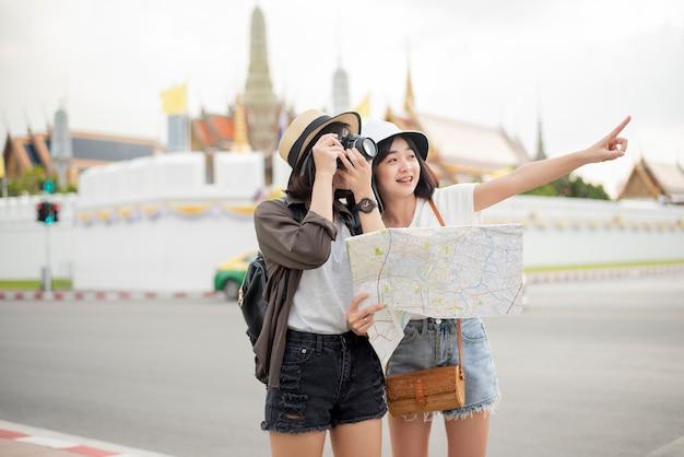Młoda Turystyczna Kobieta Cieszy Się W Bangkok, Tajlandia Premium Zdjęcia