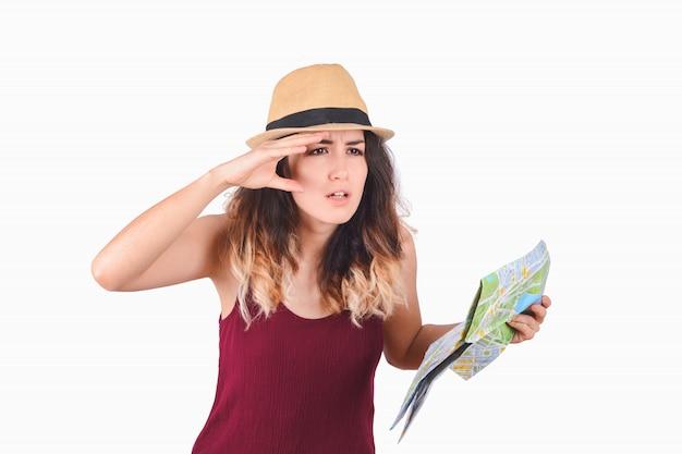 Młoda turystyczna kobieta patrzeje mapę. Premium Zdjęcia