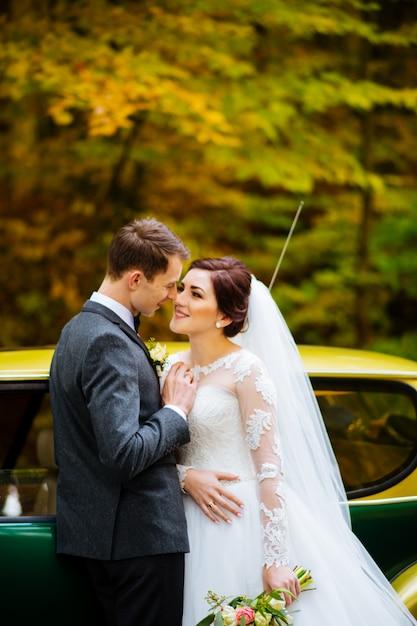 Młoda Urocza ślub Para Przy Drewnem Premium Zdjęcia