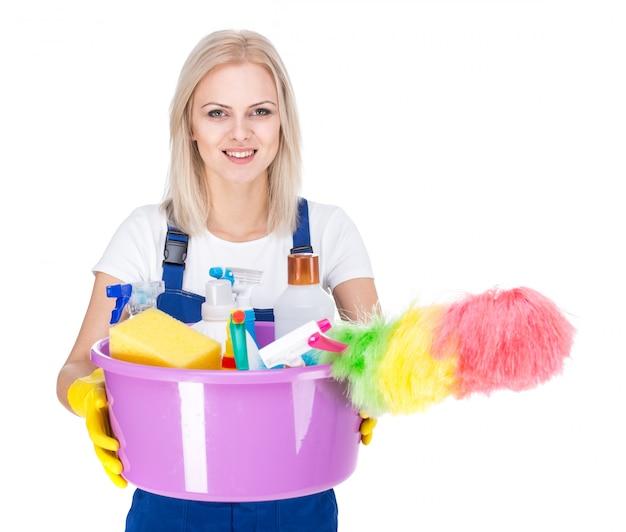 Młoda uśmiechnięta cleaner kobieta na bielu. Premium Zdjęcia