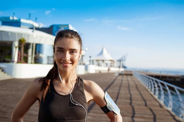 Młoda Uśmiechnięta Dziewczyna Fitness Nad Morzem Darmowe Zdjęcia