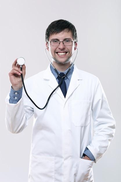 Młoda Uśmiechnięta Lekarka Z Stetoskopem Darmowe Zdjęcia