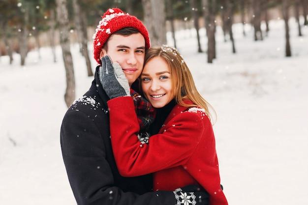 Młoda Uśmiechnięta W śnieżny Dzień Darmowe Zdjęcia