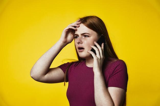 Młoda Zdenerwowana Ruda Dziewczynka Kaukaski Rozmawia Przez Telefon Darmowe Zdjęcia
