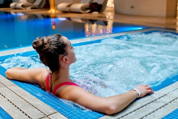 Młoda Zdrowa Kobieta Samotnie Relaks W Wannie W Ośrodku Spa Wellness. Premium Zdjęcia