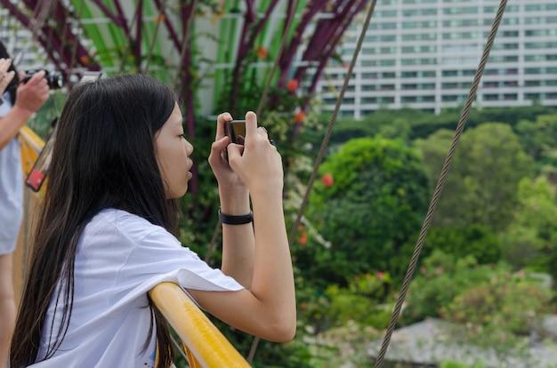 Młode Dziewczyny Używają Telefonów Komórkowych Do Robienia Zdjęć Premium Zdjęcia