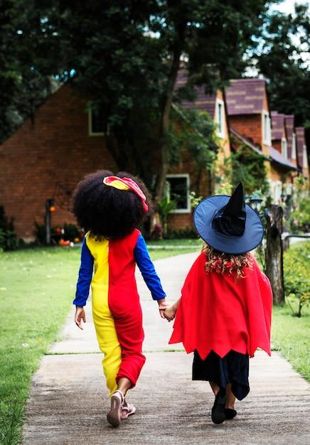 Młode dziewczyny w kostiumach na halloween Darmowe Zdjęcia