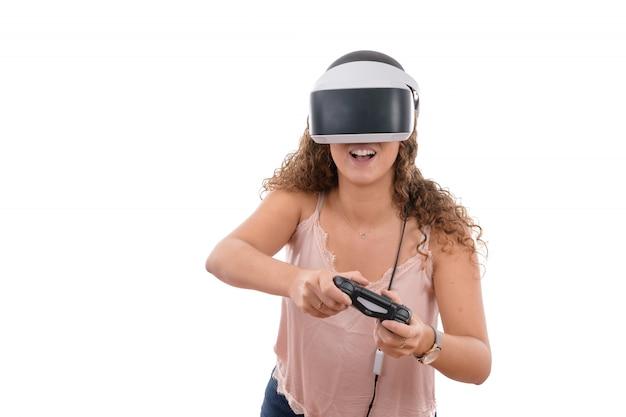 Młode Kobiety Bawiące Się Okularami Rzeczywistości I Kontrolerem Wirtualnej Konsoli Na Białym Tle Premium Zdjęcia