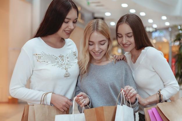 Młode kobiety cieszy się robić zakupy wpólnie przy centrum handlowym Premium Zdjęcia
