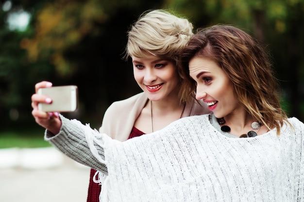 Młode kobiety co selfie Premium Zdjęcia