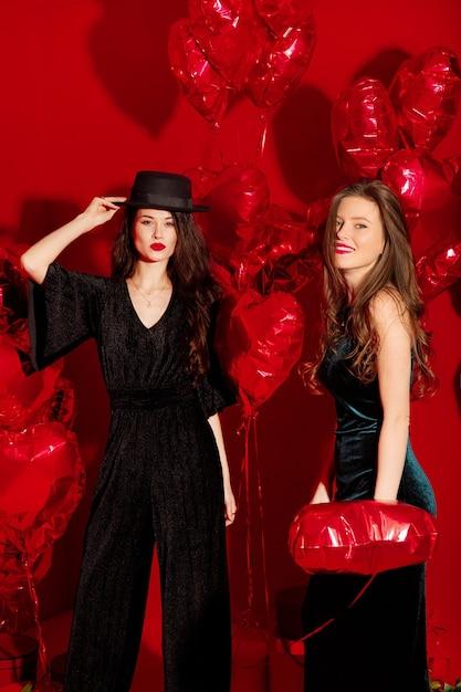 Młode Kobiety Imprezują Z Balonami W Kształcie Serca Na Walentynki Premium Zdjęcia
