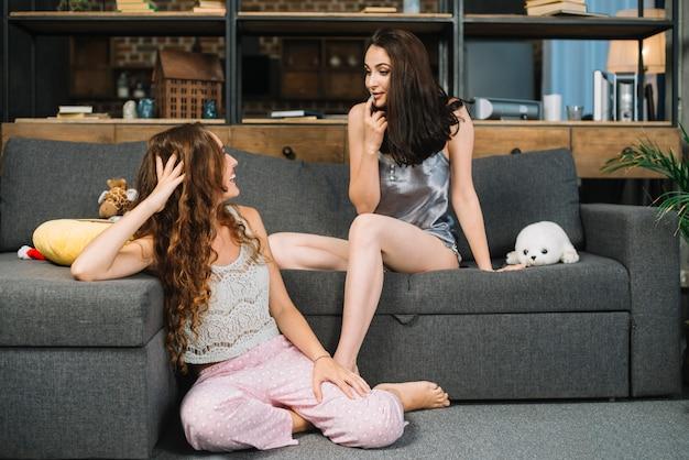 Młode kobiety patrząc na siebie Darmowe Zdjęcia