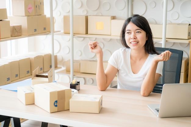 Młode Kobiety Szczęśliwe Po Nowym Zamówieniu Od Klienta Premium Zdjęcia