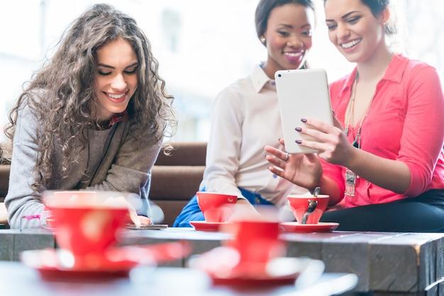 Młode Kobiety W Kawiarni Bierze Selfie Premium Zdjęcia