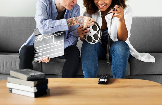 Młode kobiety z rolką filmową Premium Zdjęcia