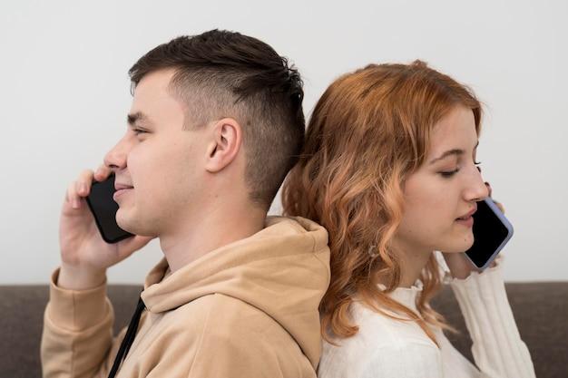 Młode Nastolatki Z Telefonami Darmowe Zdjęcia